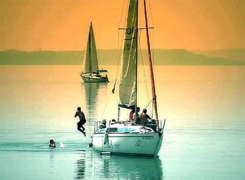 Прогулка напарусной яхте по Балатону. Аренда яхты для небольшой компании.