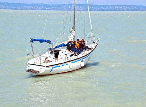 Прогулка на парусной яхте по Балатону. Аренда парусной яхты для небольшой компании. Купание в Балатоне с борта яхты.
